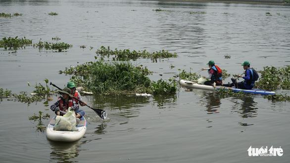 Muốn bơi thuyền vớt rác trên sông rạch phải xin phép - Ảnh 3.