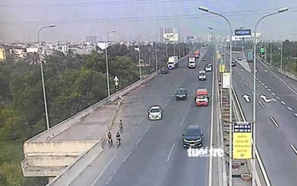 3 thiếu niên đạp xe lông nhông trên đường cao tốc TP.HCM - Long Thành - Dầu Giây - Ảnh 3.
