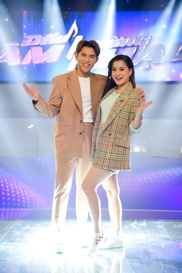Lâm Vỹ Dạ thử tài làm MC cùng Đấu trường âm nhạc - Ảnh 2.