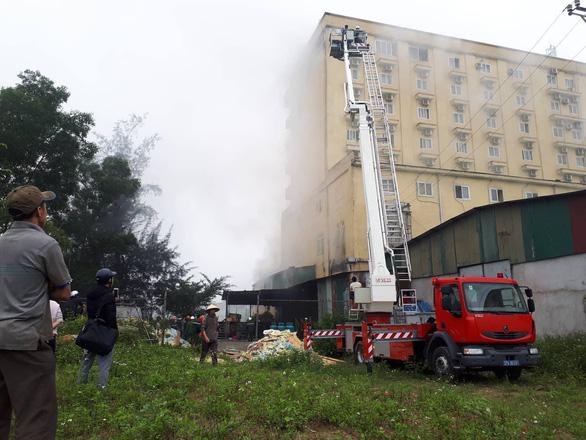 Cháy khách sạn 8 tầng ngay sát bệnh viện, 1 người chết - Ảnh 6.