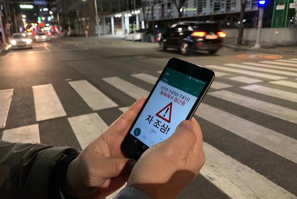 Sáng kiến mới ngăn xác sống smartphone bị xe tông ở Hàn Quốc - Ảnh 1.