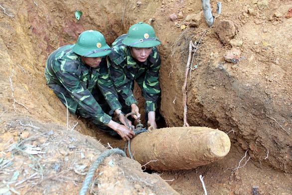 Quảng Bình tiếp nhận máy dò bom mìn hiện đại của Hàn Quốc - Ảnh 1.