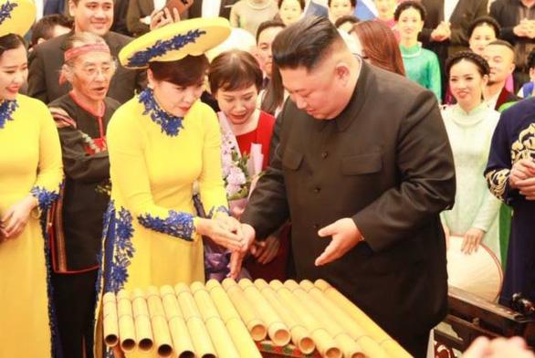 Ông Kim Jong Un nghe hát Hạ trắng, thử gảy đàn bầu và klôngput - Ảnh 1.