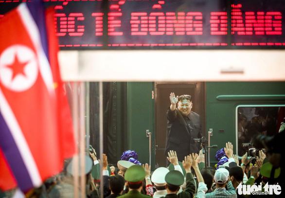 Chủ tịch Kim Jong Un vẫy chào Việt Nam, tàu rời ga Đồng Đăng - Ảnh 3.