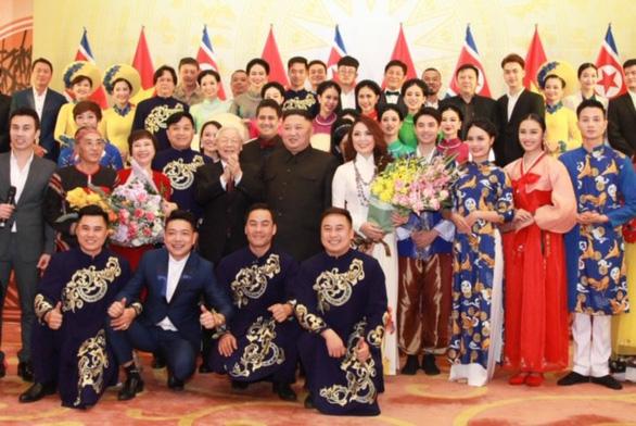 Ông Kim Jong Un nghe hát Hạ trắng, thử gảy đàn bầu và klôngput - Ảnh 2.