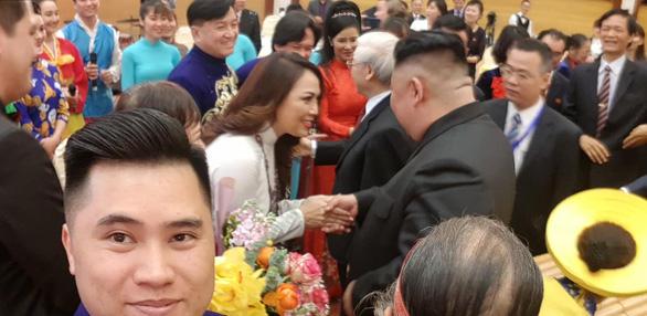 Ông Kim Jong Un nghe hát Hạ trắng, thử gảy đàn bầu và klôngput - Ảnh 5.