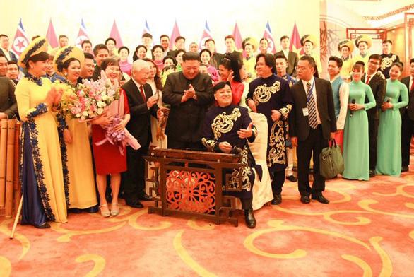 Ông Kim Jong Un nghe hát Hạ trắng, thử gảy đàn bầu và klôngput - Ảnh 3.