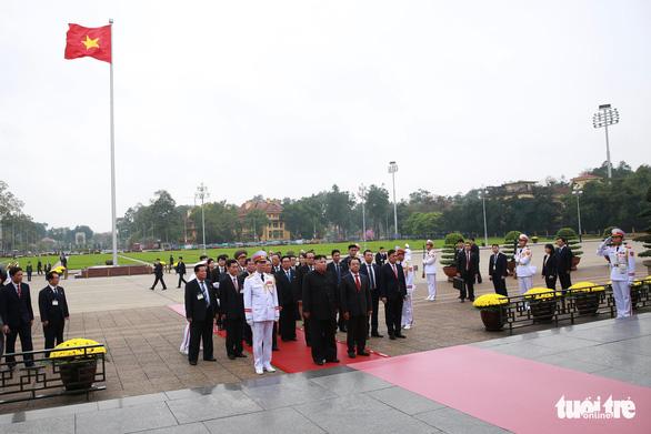Chủ tịch Kim Jong Un viếng Chủ tịch Hồ Chí Minh trước khi về nước - Ảnh 1.