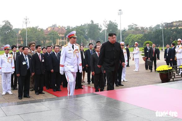 Chủ tịch Kim Jong Un viếng Chủ tịch Hồ Chí Minh trước khi về nước - Ảnh 2.