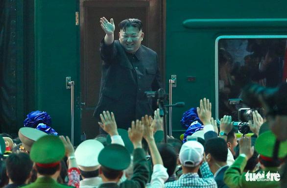 Chủ tịch Kim Jong Un vẫy chào Việt Nam, tàu rời ga Đồng Đăng - Ảnh 2.