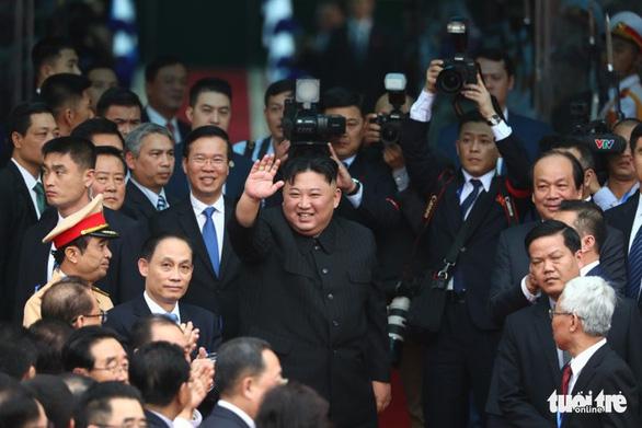 Chủ tịch Kim Jong Un vẫy chào Việt Nam, tàu rời ga Đồng Đăng - Ảnh 1.