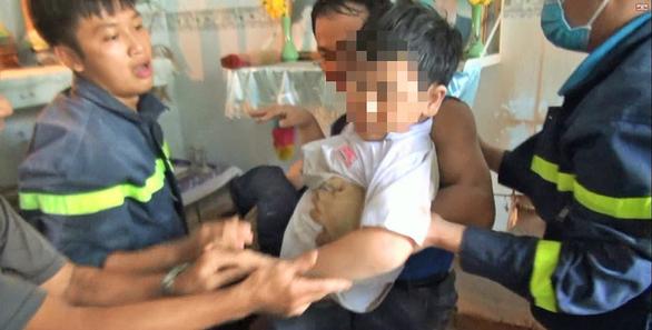 Cảnh sát cứu bé trai 7 tuổi kẹt giữa hai vách tường - Ảnh 2.