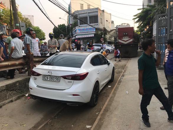 Xe hơi đậu cả giờ trên... đường sắt Đà Nẵng - Ảnh 1.