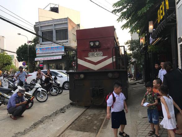 Xe hơi đậu cả giờ trên... đường sắt Đà Nẵng - Ảnh 2.