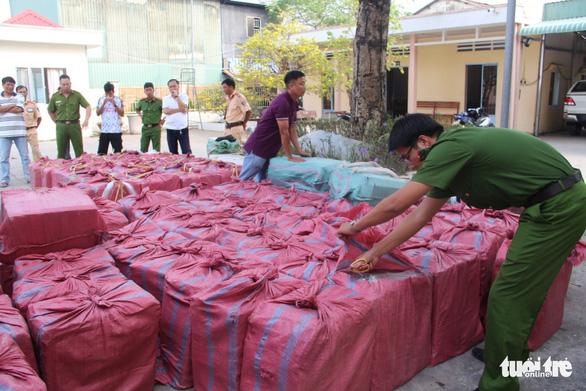 Tạm giam 3 bị can chở gần 50.000 bao thuốc lá lậu - Ảnh 3.