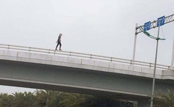 Cô gái người Mỹ lõa thể nhảy cầu vượt tử vong tại sân bay Nội Bài - Ảnh 1.