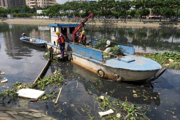 Vớt rác trên sông: Nhiệt tình thôi, chưa đủ... - Ảnh 1.
