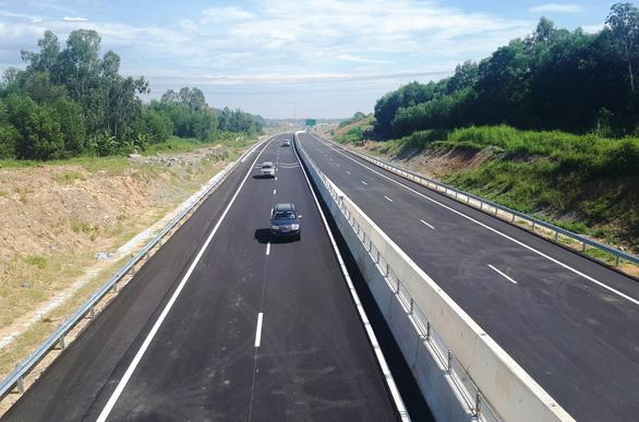 Xe chở heo trên cao tốc Đà Nẵng - Quảng Ngãi phải đi sang quốc lộ 1 - Ảnh 1.