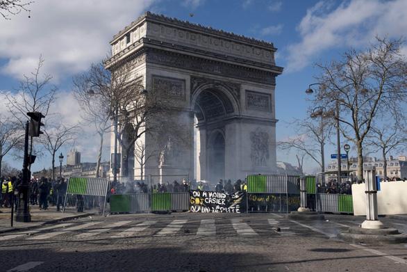 Cảnh sát bất lực, Pháp huy động quân đội đối phó 'áo vàng' - Ảnh 1.