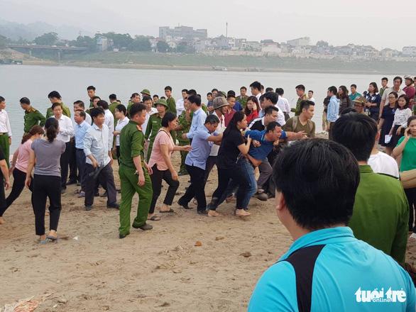 Rủ nhau tắm sông Đà, 8 học sinh chết đuối thương tâm - Ảnh 1.