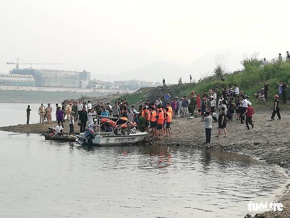 Rủ nhau tắm sông Đà, 8 học sinh chết đuối thương tâm - Ảnh 2.