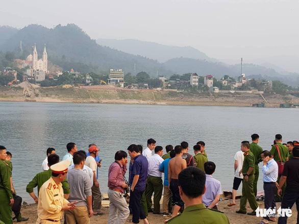 Rủ nhau tắm sông Đà, 8 học sinh chết đuối thương tâm - Ảnh 9.