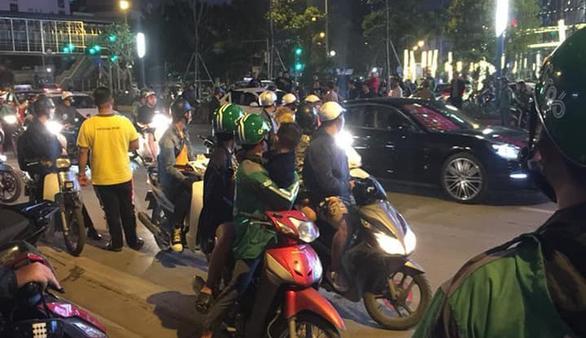 Va chạm giao thông, tài xế ôtô rút dao đâm người đi xe máy - Ảnh 1.