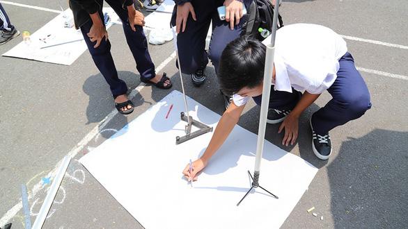 Hơn 200 học sinh TP.HCM háo hức tự tay đo chu vi Trái đất - Ảnh 2.