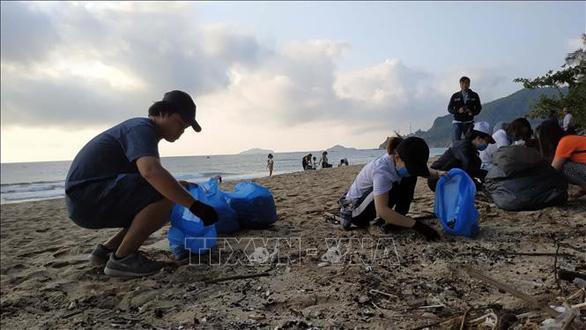 Người nước ngoài dọn rác trên bãi biển, 50 bà con xắn tay vô phụ - Ảnh 2.