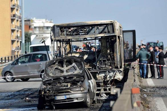 Nhân chứng vụ tài xế bắt cóc 51 học sinh, đốt xe: Thật kinh khủng - Ảnh 1.