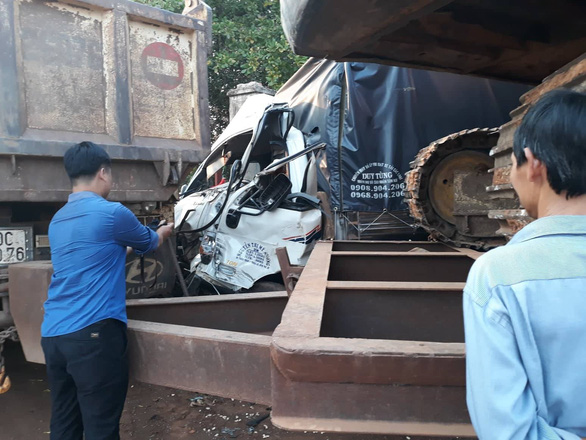 Dân dùng xà beng giải cứu tài xế kẹt cứng trong cabin - Ảnh 1.