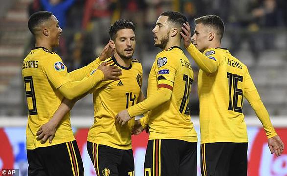 Hai lần bắn hạ gấu Nga, Eden Hazard giúp Bỉ có 3 điểm đầu tiên - Ảnh 1.