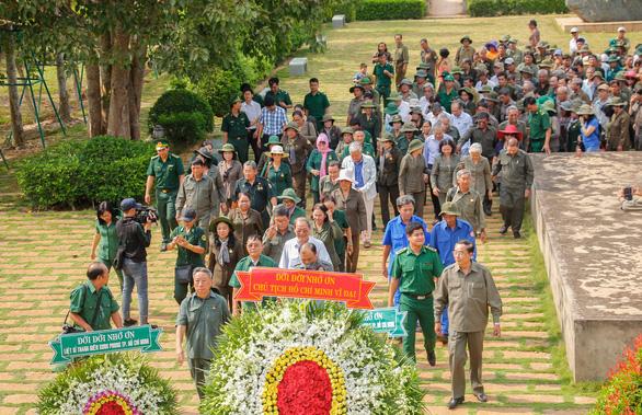 Dâng hương tưởng niệm 99 liệt sĩ thanh niên xung phong TP.HCM - Ảnh 1.