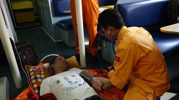 Cứu thuyền viên Philippines bị nạn trên vùng biển Hoàng Sa - Ảnh 1.