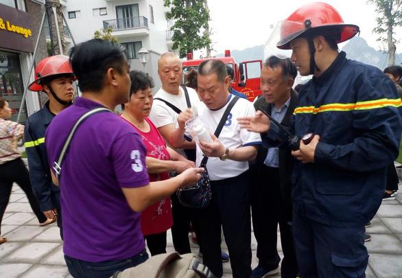 Cứu 5 khách Trung Quốc khỏi khách sạn bị cháy ở Hạ Long - Ảnh 1.
