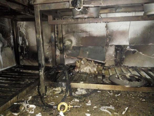 Cứu 5 khách Trung Quốc khỏi khách sạn bị cháy ở Hạ Long - Ảnh 2.