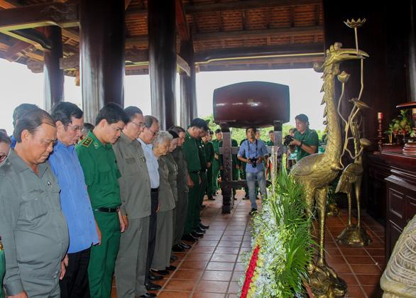 Dâng hương tưởng niệm 99 liệt sĩ thanh niên xung phong TP.HCM - Ảnh 2.