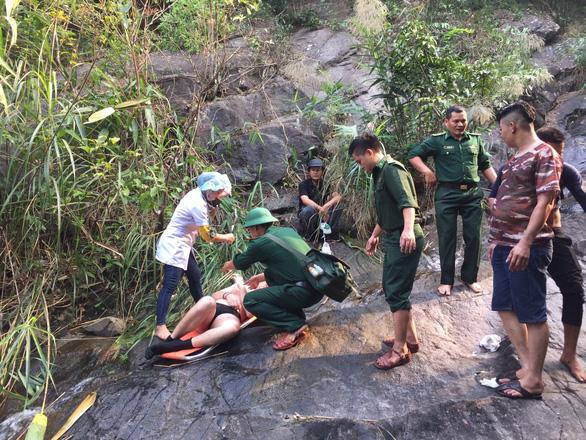 Cứu hộ du khách Anh tắm thác trên đèo Hải Vân chấn thương nặng - Ảnh 1.