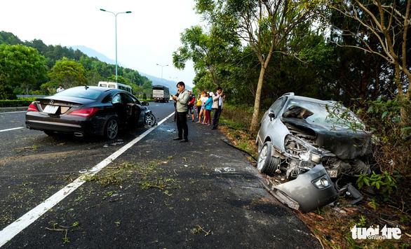 Xe lao qua làn ngược chiều trên đường cao tốc tông chết người - Ảnh 1.
