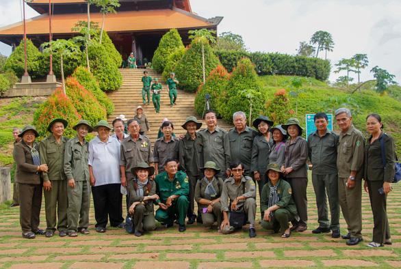 Dâng hương tưởng niệm 99 liệt sĩ thanh niên xung phong TP.HCM - Ảnh 7.