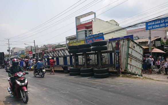 Giải cứu xe máy bị xe container lật đè: 3 bà cháu chết thảm - Ảnh 2.