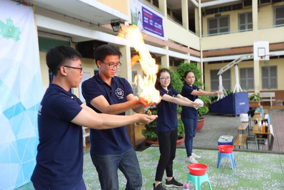 Bày bán xà bông từ tái chế dầu ăn của học sinh lớp 11 ở TP.HCM - Ảnh 2.