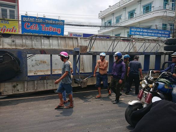 Giải cứu xe máy bị xe container lật đè: 3 bà cháu chết thảm - Ảnh 3.