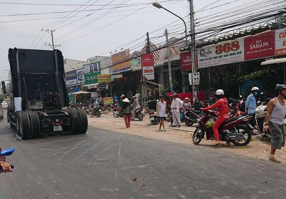 Giải cứu xe máy bị xe container lật đè: 3 bà cháu chết thảm - Ảnh 4.