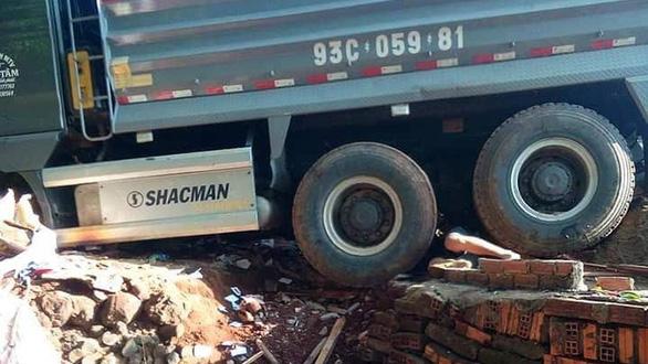 Xe ben tông sập nhà dân, 2 vợ chồng đang ngủ tử vong