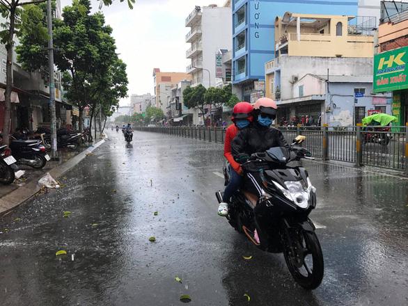 Trưa 24-3, TP.HCM xuất hiện mưa rải rác một số nơi - Ảnh 1.