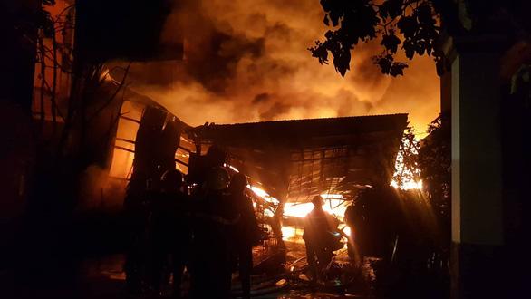 Cháy dữ dội ở Bà Điểm, Hóc Môn hơn 3 tiếng trong đêm - Ảnh 7.