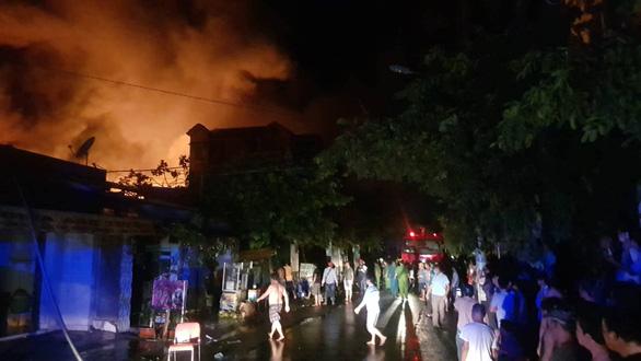 Cháy dữ dội ở Bà Điểm, Hóc Môn hơn 3 tiếng trong đêm - Ảnh 6.