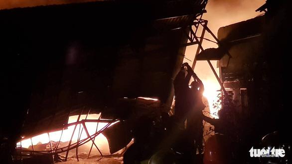 Cháy dữ dội ở Bà Điểm, Hóc Môn hơn 3 tiếng trong đêm - Ảnh 8.