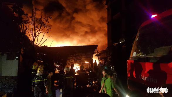 Cháy dữ dội ở Bà Điểm, Hóc Môn hơn 3 tiếng trong đêm - Ảnh 2.